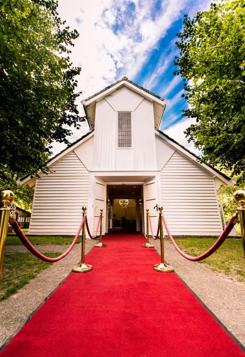 Wit Kerkje met rode loper